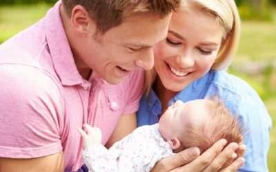 Счастливые молодые родители