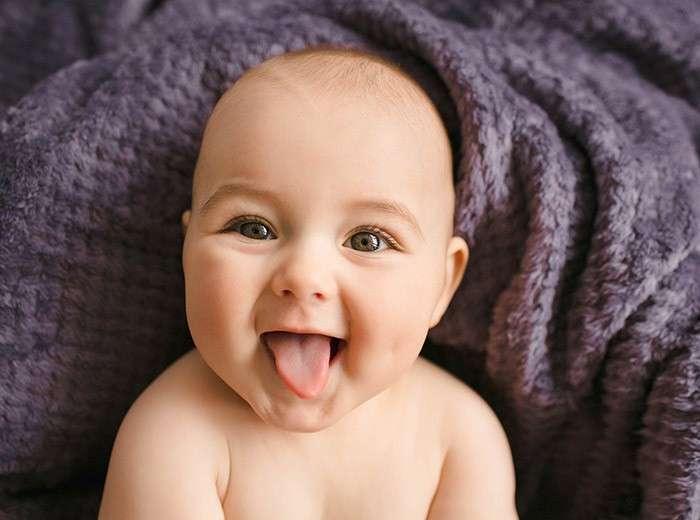 ребенок высовывает язык в месяц