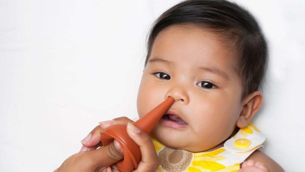 Как правильно и безопасно чистить нос младенцу