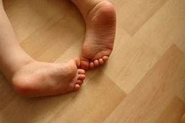 Почему появляется плоскостопие у детей