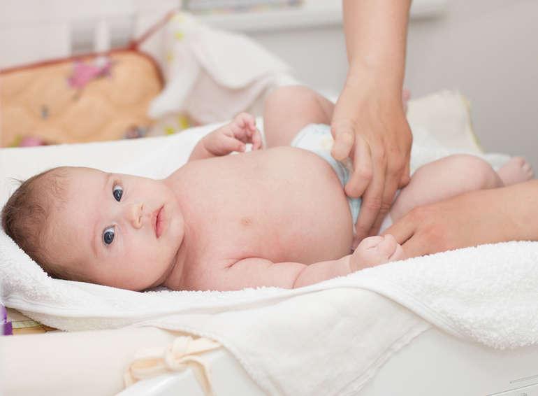 Почему возникает кровь в кале младенца