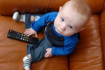 грудным детям нельзя смотреть телевизор