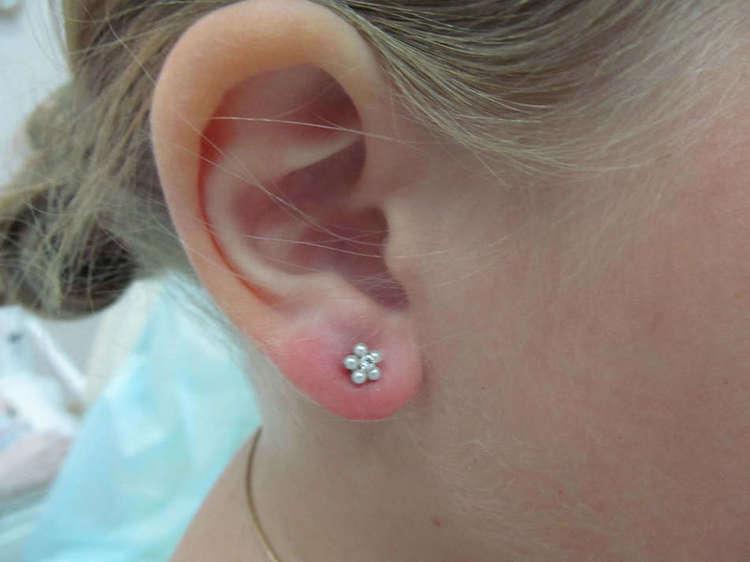 В каком возрасте лучше прокалывать уши дочке