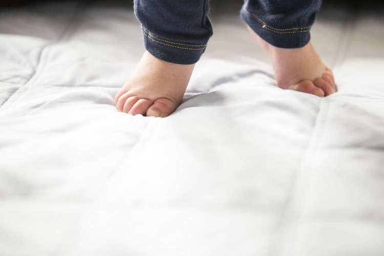 первенец постоянно ходит на носочках