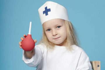 Как поставить клизму ребенку