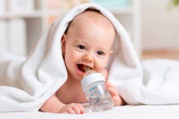 Ребенок пьющий много воды