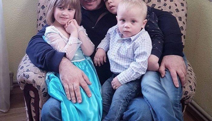 Доктор Евгений Комаровский с внуками